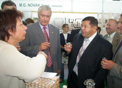 Ministar Petar Čobanković nakon svečanog otvorenja degustirao je proizvode na štandu Koprivničko-križevačke županije